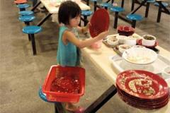 6岁女孩华中师大食堂收盘子
