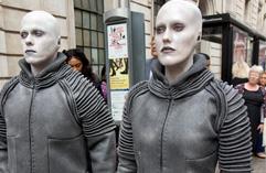 """""""外星人""""入侵伦敦 引行人注目"""