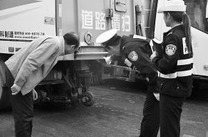 兰州一无牌洒水车撞倒小学生后逃逸