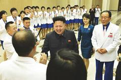 金正恩携李雪主看望朝鲜亚运代表团