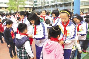 """兰州七里河小学生庆祝""""建队日"""""""