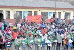 兰州志愿者给岷县灾区孩子送去暖冬棉衣
