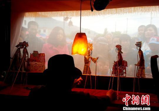 甘肃老艺人免费演绎古老艺术皮影戏受欢迎(组图)