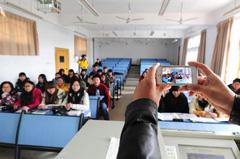 武汉一大学点名新招 上课下课拍合影照