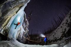 凝固的时间 摄影师零下30度夜拍冰冻瀑布