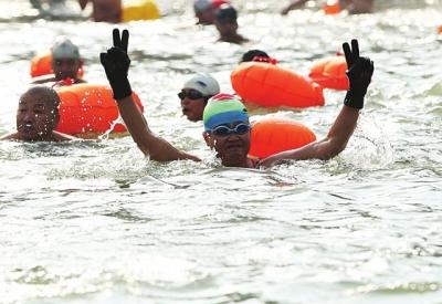 300多名冬泳爱好者逐浪黄河迎新年
