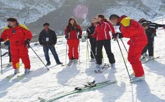 游客在嘉峪关文殊山感受滑雪运动