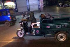 七岁男童开三轮车将醉酒父亲运回家