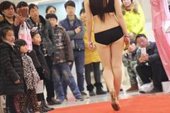 河南商场上演内衣秀 性感美女大秀迷人身材