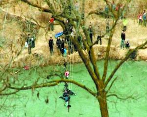 8岁女孩掉进冰窟 警民携手成功解救