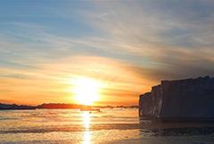 夕阳下的南极冰川