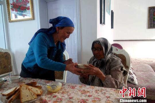 新疆哈萨克族好心大妈照顾孤残老人24年卖尽家当