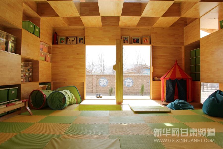 """4月11日拍摄的位于甘肃省会宁县的乡村幼儿园内景。近日,一座造型前卫的木结构幼儿园在甘肃省会宁县大沟乡落成,建筑采用本地常见的双坡屋顶形态,其创新的板式建造系统使得墙身、地板与屋顶的搭建十分便利。据了解,该幼儿园由芭莎公益慈善基金捐建,是""""芭莎·西部阳光乡村幼儿园""""项目建成的第一所幼儿园。该项目拟在全国20多个偏远乡村建造53所标准化、兼具当地特色的幼儿园,建成后移交当地政府管理,预计将为约1000名6岁以下儿童提供学前教育服务。新华社发(常琦彪摄)"""