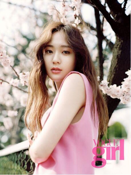 Krystal:f(x) Krystal出席 迷你裙+长卷发 展现优雅魅力