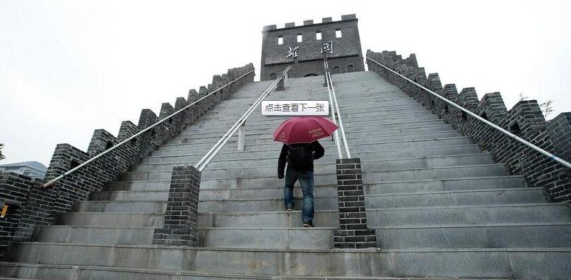 """【图片故事】武汉一大学斥资400万建校内千米""""长城"""""""
