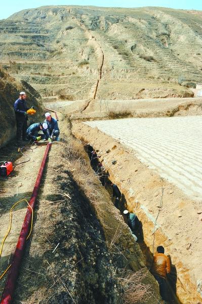4月中旬,东乡县北岭乡大湾头村温都山荒山造林点上水工程正在建设中