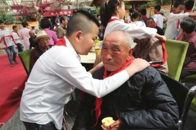 张掖路小学开展关爱老人活动