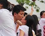 接吻大赛花样多 恋人为钻戒苦吻40分钟