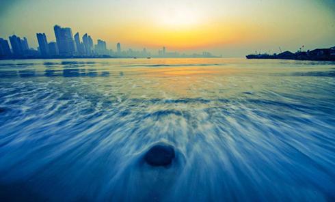青岛浮山湾现绝美海上日出