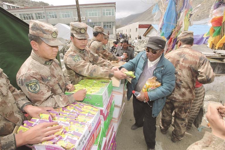"""4月25日14时11分,尼泊尔发生8.1级强震。喜马拉雅山脉在颤抖,灾情十万火急。地震波刚刚抵达西藏,向灾区集结的号角已然吹响。   面对突如其来的灾害,在西藏各族人民群众生命财产遭受巨大损害的危难时刻,解放军、武警官兵和公安干警快速反应、立即行动,组织精兵强将全面投入抗震救灾中。   从打通""""孤岛""""通道到第一时间救人,从运送救灾物资到转移安置群众……   他们,总是站在抗震救灾第一线,哪里有需要哪里就有他们的身影;   他们,将自己的生死置之度外;"""