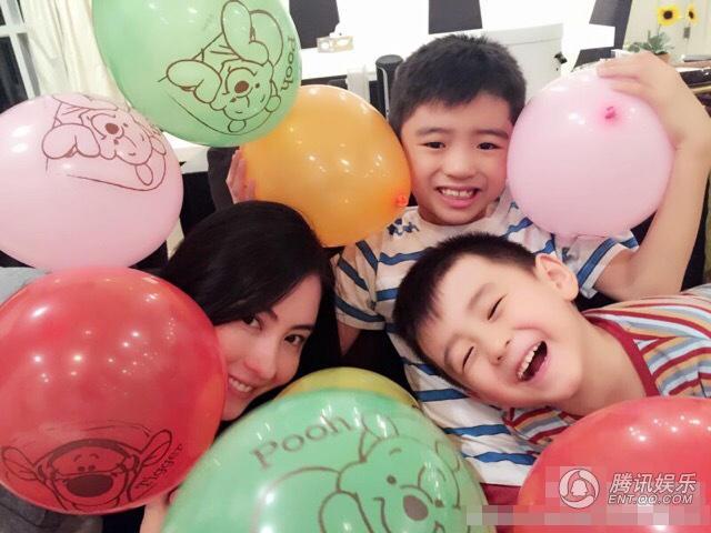 张柏芝庆35岁生日 俩儿子左右夹击为妈妈献吻