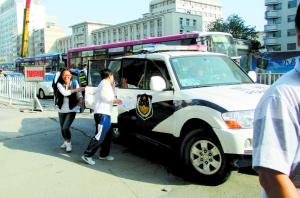 """兰州交警出动137辆""""高考直通车"""" 两日为333名学子保驾护航(图)"""