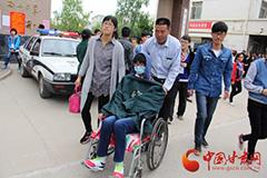 甘肃会宁:坚强女孩杜琼手术第4天坚持高考
