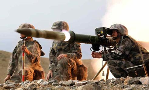 震撼!抓拍解放军反坦克火箭发射瞬间