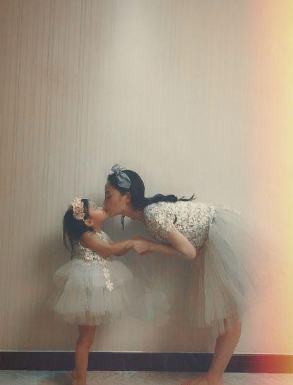 李小璐与女儿同穿公主裙 甜馨踮脚亲吻妈妈