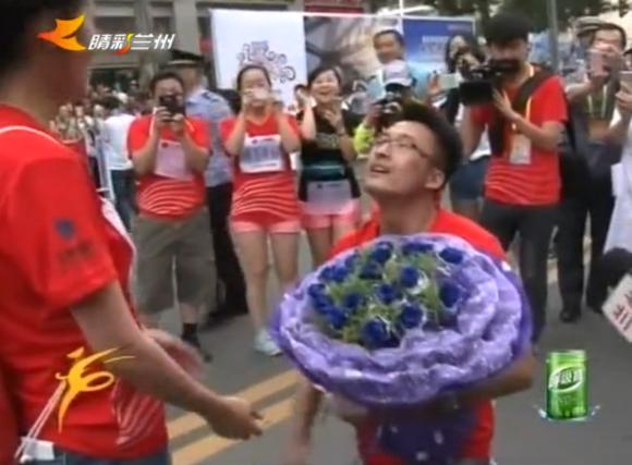 赛道上的求婚仪式!来自兰州马拉松