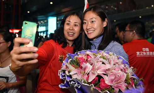 中国女足返程抵京 球迷机场热烈迎接