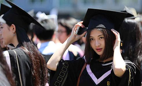 北影本科毕业典礼美女学生素颜难掩清新