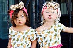 美国2岁萝莉姐妹花走红时尚圈