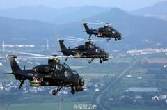武直10挂载导弹副油箱练低空编队突防