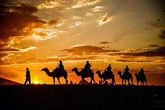 甘肃敦煌出现绚丽火烧云 游客赏大漠落日美景