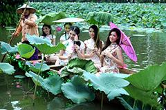 旗袍佳丽化身荷花仙子 划船进荷塘(高清组图)