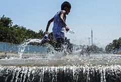 乌鲁木齐:高温来袭 水中纳凉