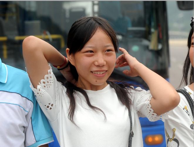 重庆涪陵北拱火车货运站15岁女生跪地给车祸伤者当靠枕