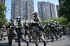 天津警备区某舟桥部队进入爆炸核心区附近居民区