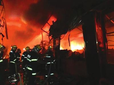 兰州雁滩旧货市场布料区突发大火
