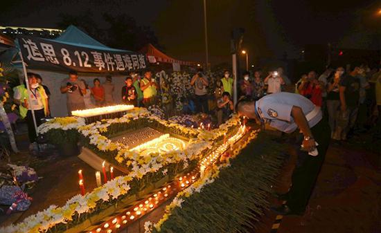 天津民众街头追思812事件遇难同胞