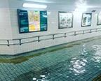 """台风""""艾涛""""登陆日本 雨水倒灌地下通道变游泳池"""