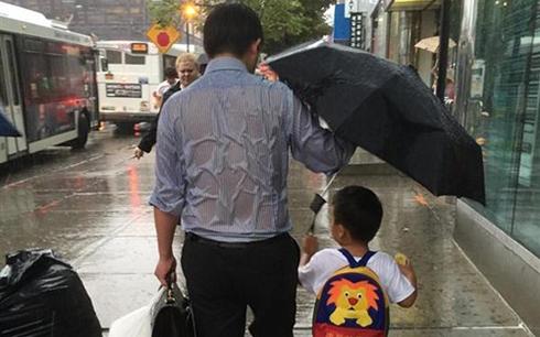 父亲湿透为儿撑伞