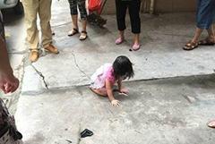 2岁女童从5楼坠下砸中汽车后站起大哭