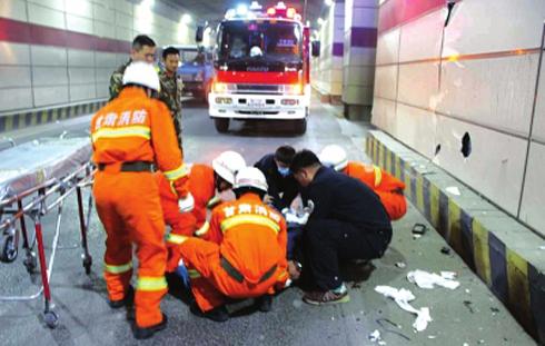 摩托车逆行引发车祸4人受伤