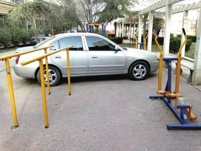 兰州:私家小汽车霸占公众健身区