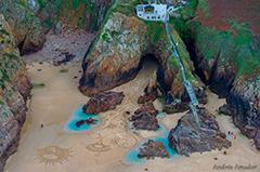 美国男子在海滩作巨幅沙画 追求转瞬即逝之美