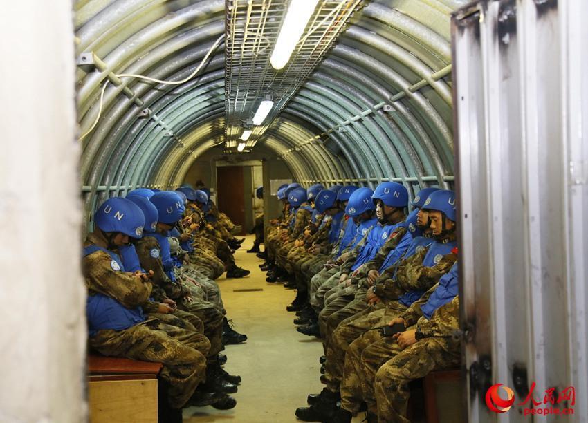中国赴黎维和官兵进入地下掩体躲避多轮炮袭