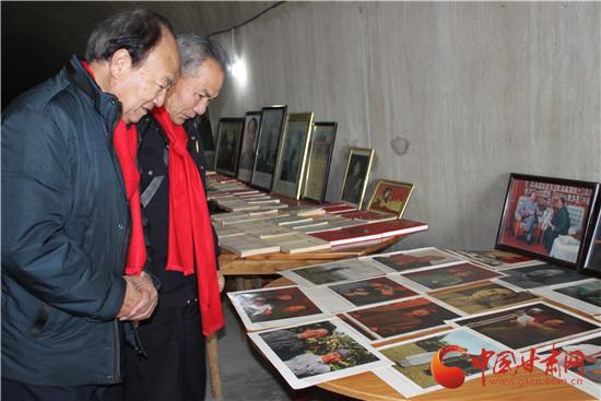 以上图为参观团一行参观红色文物。