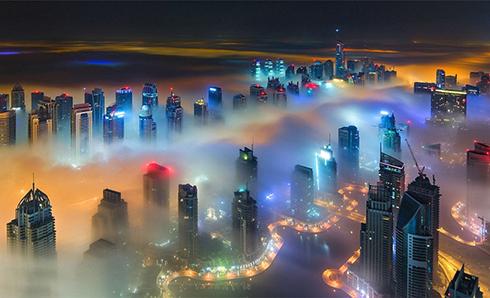 光彩云雾笼罩下的迪拜如梦似幻